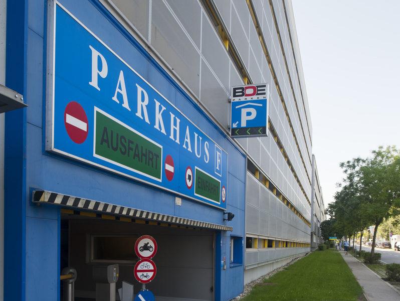 Parkhäuser und Tiefgaragen sind vorhanden.